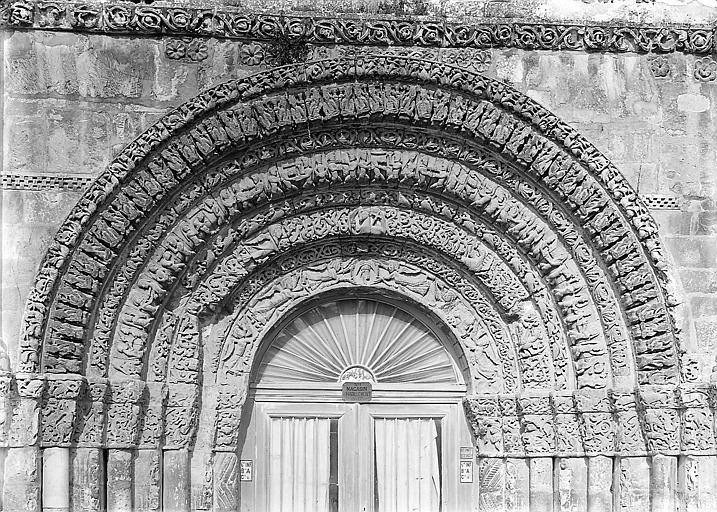 Façade ouest, portail central, voussures: détail