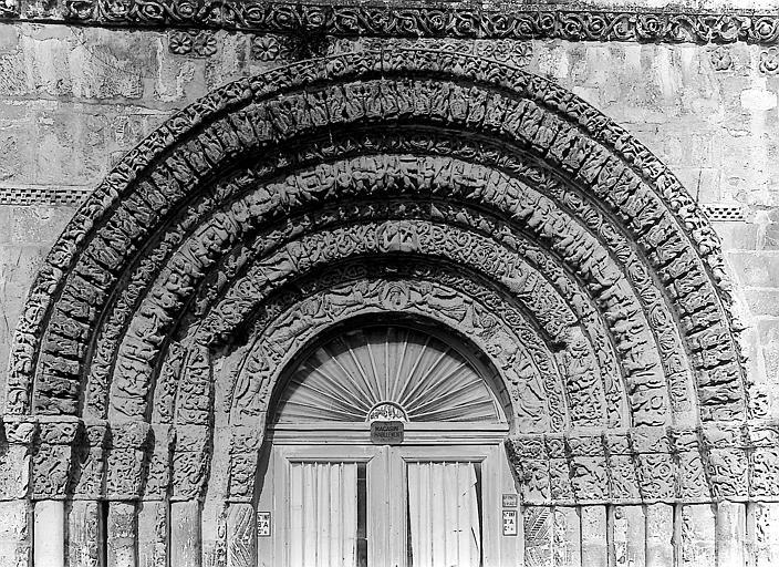 Façade ouest, portail: voussures sculptées