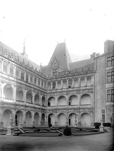 Façades Renaissance sur la cour: galeries à jour