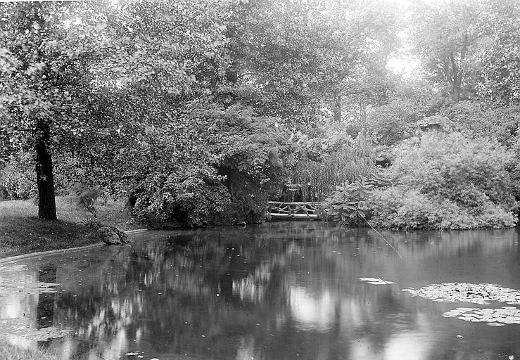 Lac et petit pont