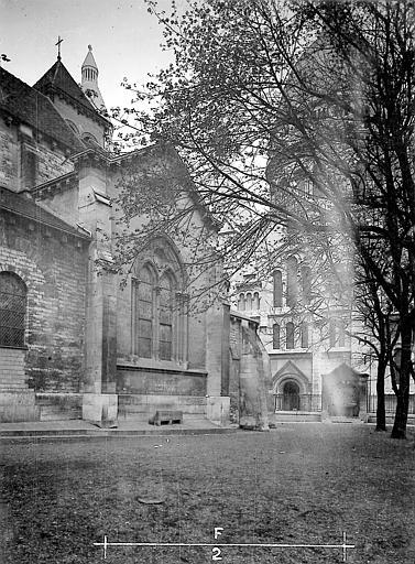 Eglise en premier plan,  basilique au fond