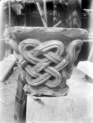 Chapiteau sculpté, posé sur un socle