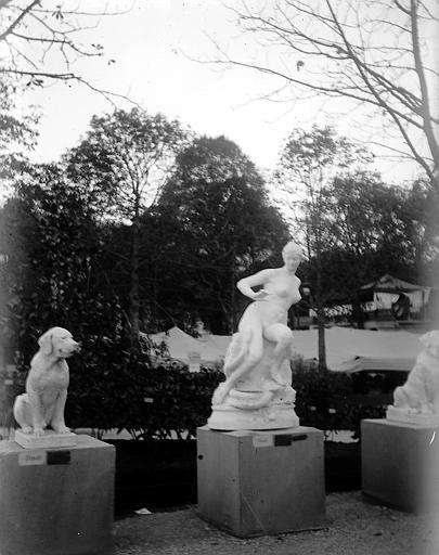 Statues: chiens et femme