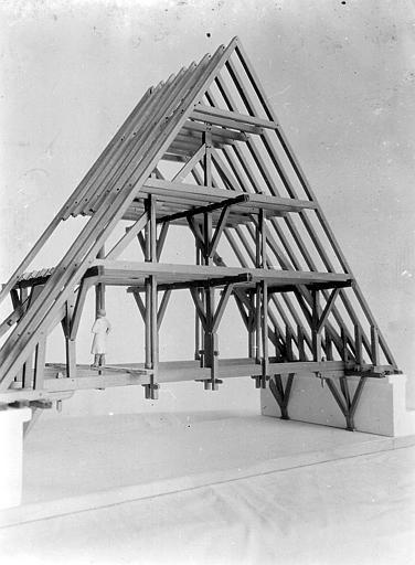Vue d'ensemble. Maquette d'une charpente de toit à deux versants