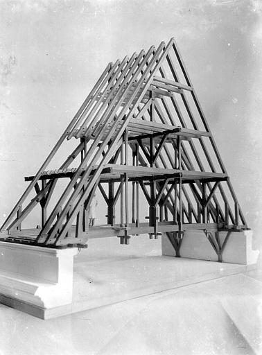 Vue latérale. Maquette d'une charpente de toit à deux versants