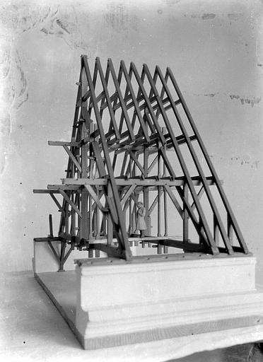 Vue diagonale. Maquette d'une charpente de toit à deux versants
