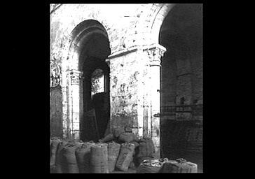 Eglise : grandes arcades et sacs de sables pour protection