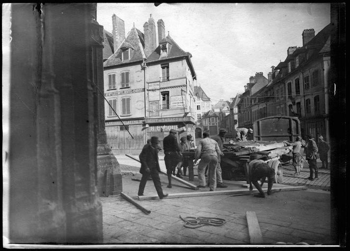 Enlèvement des Grandes Portes par le Service du Front Nord ; chargement des portes sur le camion