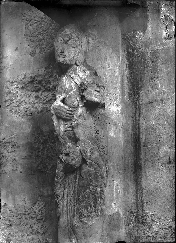 Statue de femme adossée à une colonne