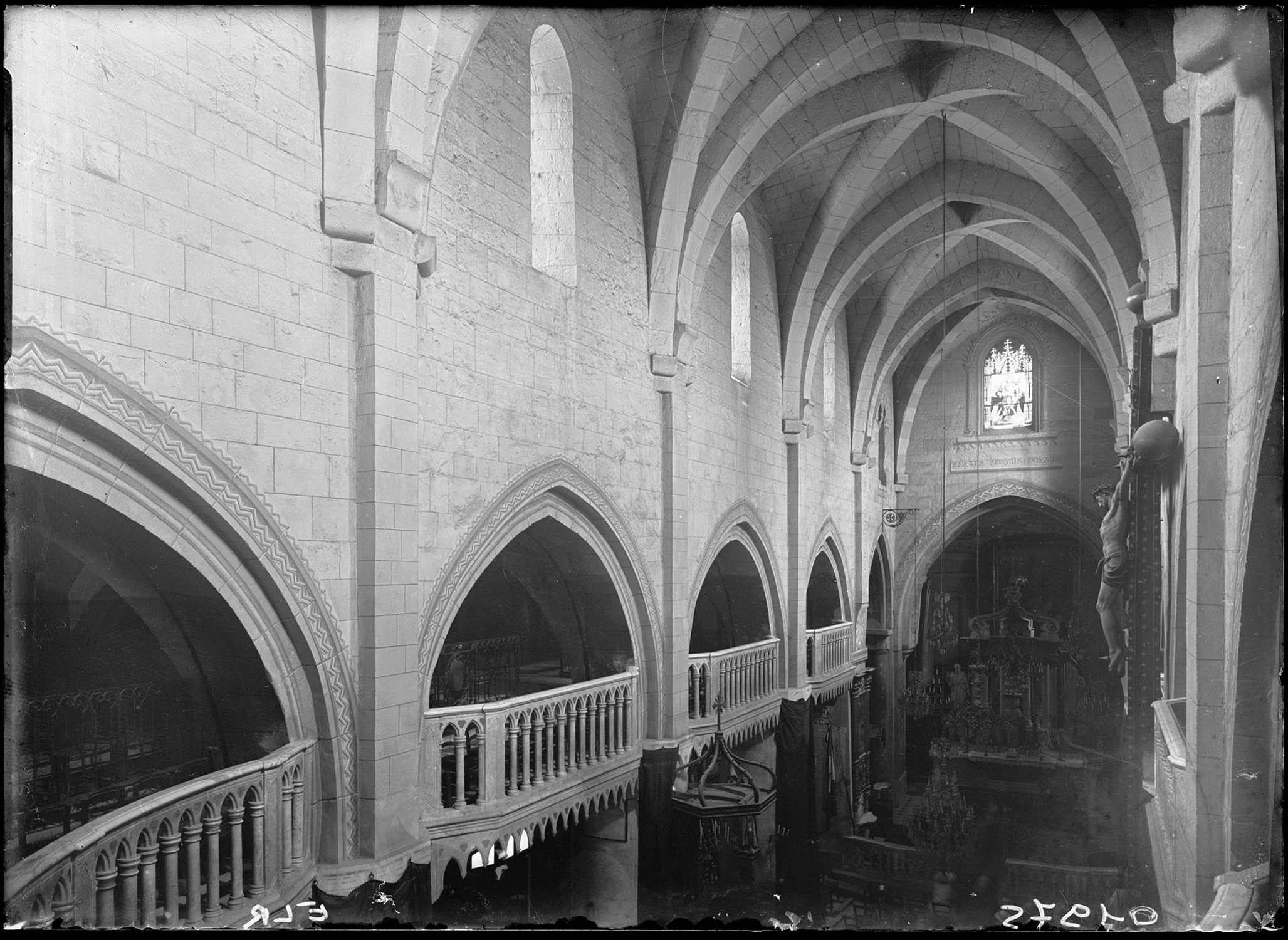 Vue intérieure de la nef et vers le choeur, à hauteur des tribunes