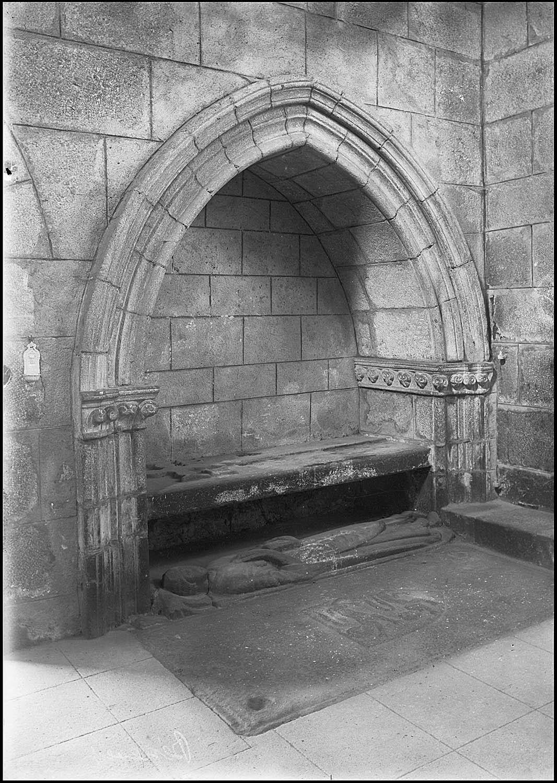 Monument funéraire : gisant du chanoine Aubert, fondateur de l'abbaye de Bénévent