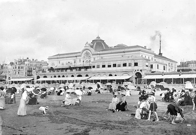 Biarritz ; [Bord de mer, les estivants sur la plage]