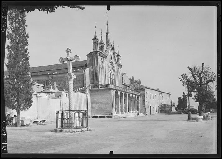 La place du monastère franciscain, la croix séraphique