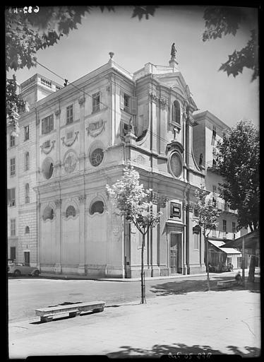 Vue d'angle sur la façade et côté place Pierre Gautier