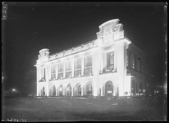 Vue nocturne sur l'angle de façade