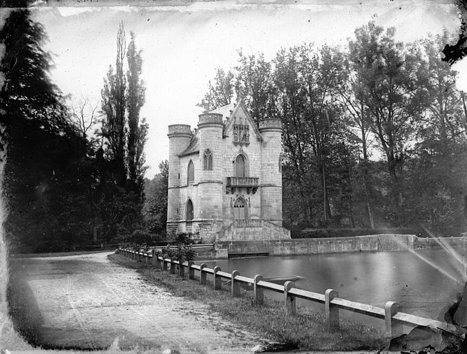 Château style néo-gothique, vue d'ensemble, plan d'eau, clôture