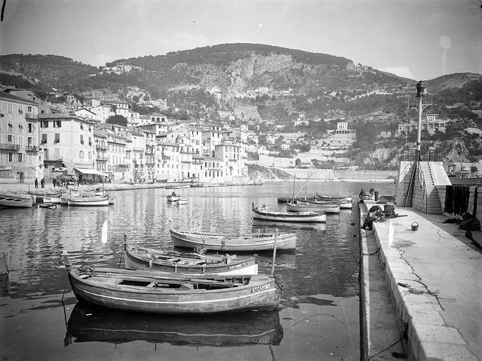 Vue d'ensemble : bateaux de pêche amarrés