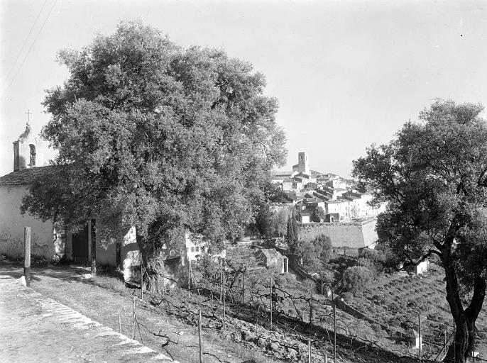 Aperçu de Saint-Paul, fortifications; en arrière-plan : tour du XIIe siècle