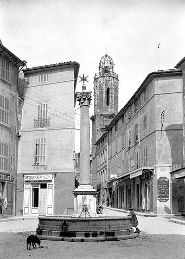 Fontaine vue de face, tour du couvent des Augustins en arrière-plan