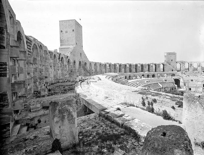 Vestiges des arènes d'Arles : les gradins