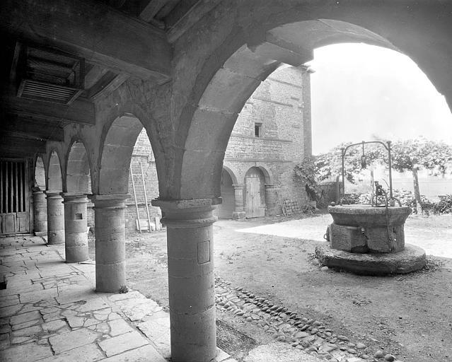 Puits dans la cour intérieure du château