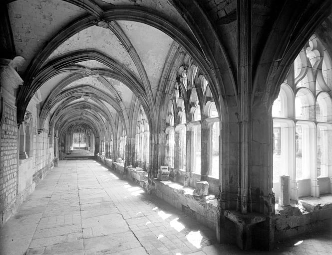 Cloître de l'abbaye de Bénédictins Saint-Wandrille dite Abbaye de Fontenelle