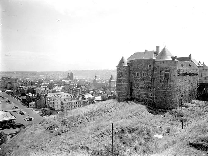 Vue sur l'aile orientale, ville en arrière-plan