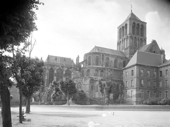 Vue de l'abside et du clocher