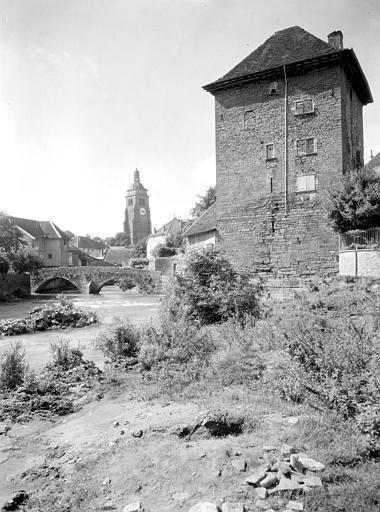 Vue générale sur le pont des Capucins sur la Cuisance, la tour de l'église et les anciennes fortifications