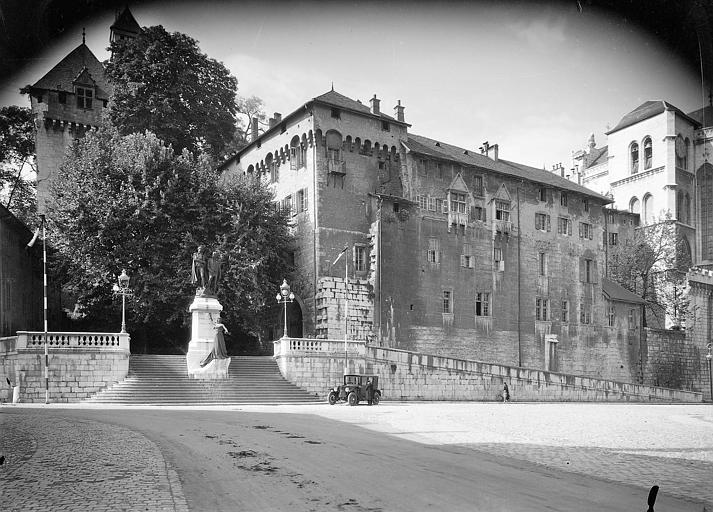 Au pied du château, escalier de pierre surmonté du monument dédié à Joseph et Xavier de Maistre
