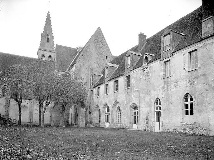 Cloître ancien : façade sur jardin