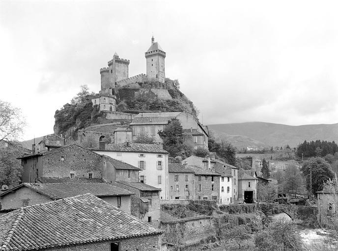 Vue depuis le village : le château sur son éperon rocheux