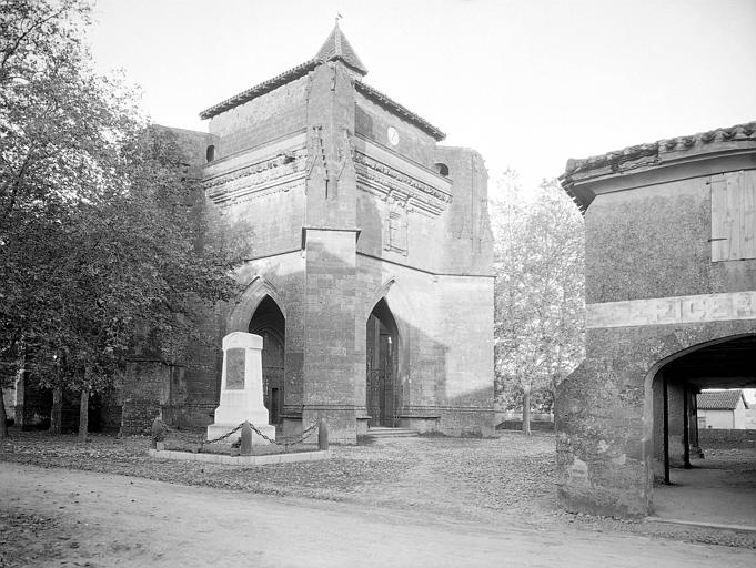 Porche et monument aux morts