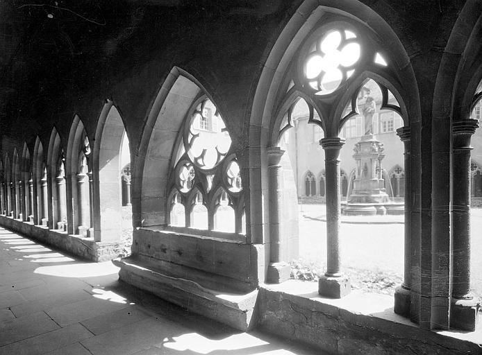 Vue intérieure d'une galerie du cloître