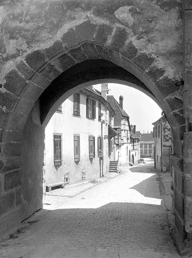 Grande-Rue vue de l'arche de la Haute Porte