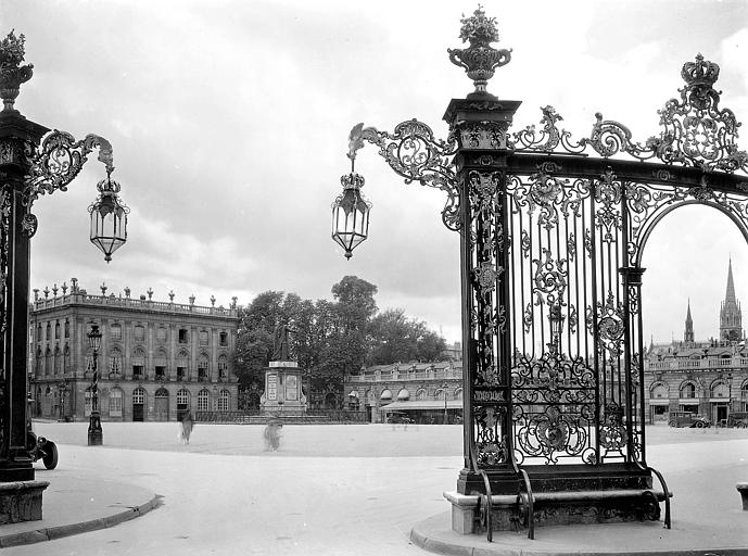 Vue depuis les grilles sur le Musée des Beaux-Arts; au centre : statue du Roi Stanislas