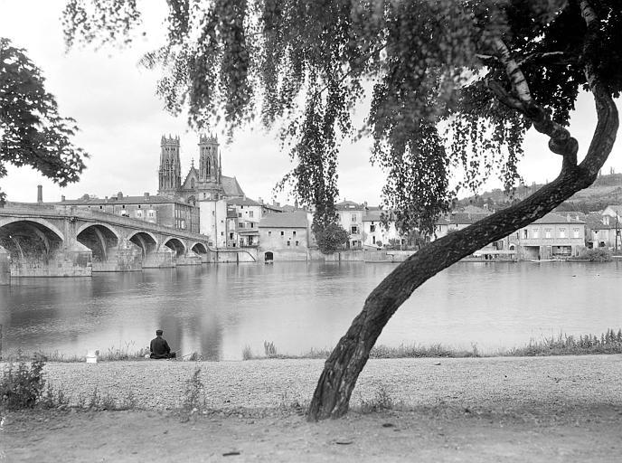 Tours de l'église vues depuis un pont sur la Moselle