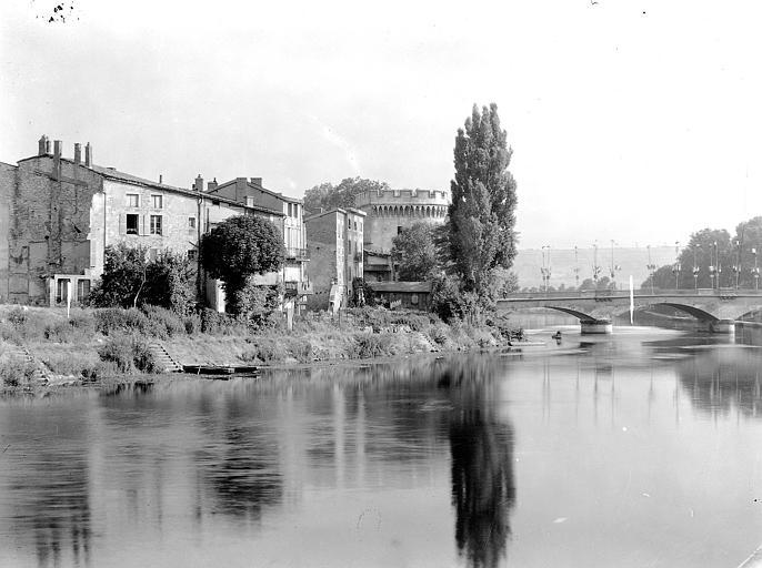 Vue générale : La Porte Chaussée sur la Meuse