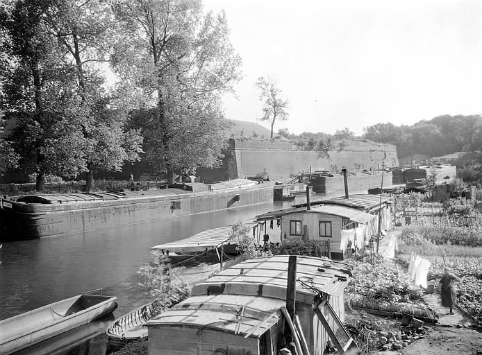 Abords de la citadelle : péniches amarrées dans le canal