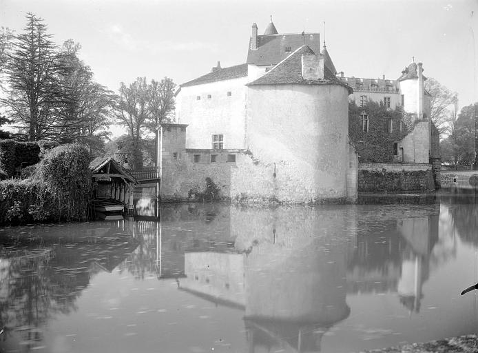 Donjon rectangulaire du XIIIe siècle, tour ronde à machicoulis de la fin du VXIe siècle