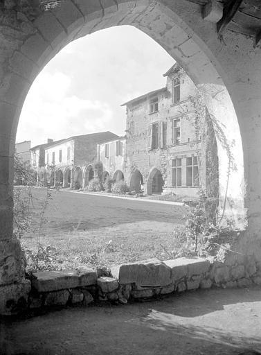 Un coin de la place : les arcades du Xve siècle