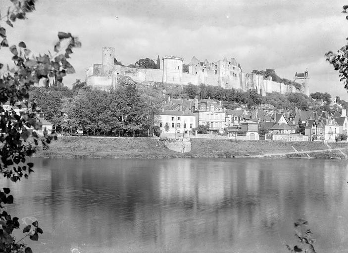 Vue générale, côté sud, sur la Vienne : Château du Coudray et château du Milieu