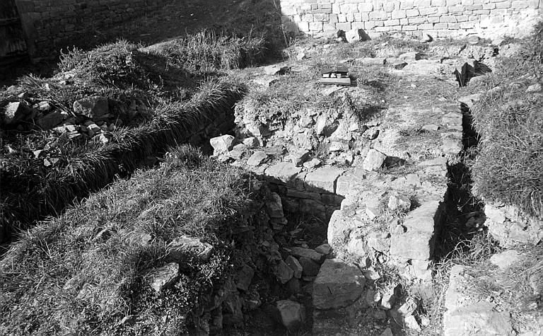 Fouilles : dégagement de murs de fondation à l'extérieur de l'église