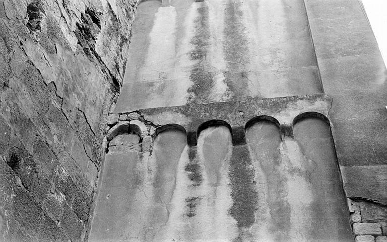 Bandes lombardes de la tour-clocher, côté ouest