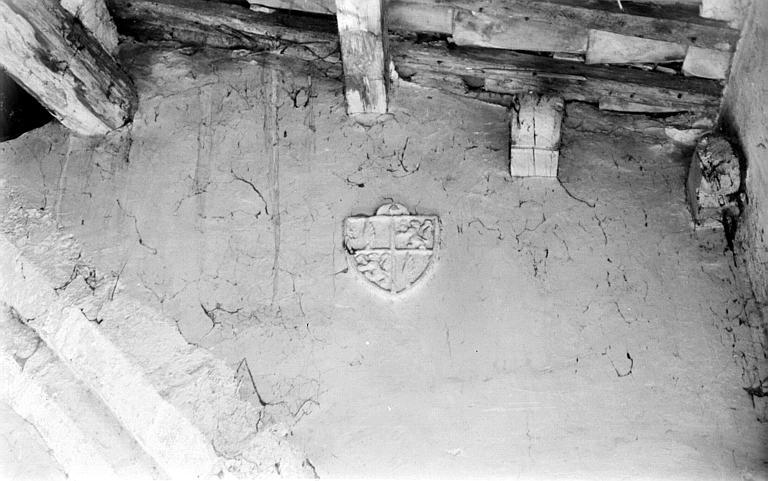 Ecusson sculpté dans un mur