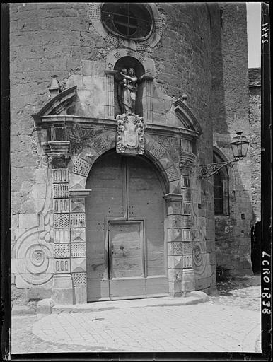 Porte de l'église. Vierge du 15e siècle