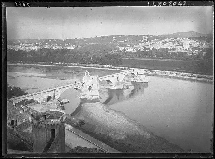 Vue prise du Rocher des Doms : le pont Saint-Bénézet. De l'autre côté du Rhône, Villeneuve-lès-Avignon