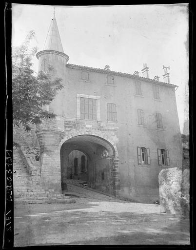 Villa Aissous-Mériem : maison de style Renaissance à tourelle d'angle en poivrière bâtie sur un porche de la deuxième enceinte de la ville, vue depuis la place
