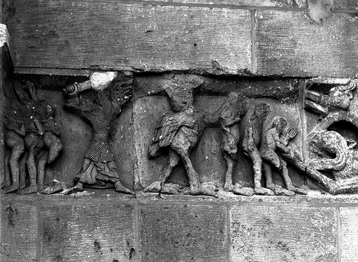 Extérieur, détail de la façade ouest : bas-relief