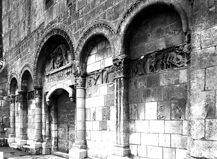 Extérieur, façade ouest, vue diagonale : tympan, arcades, frise